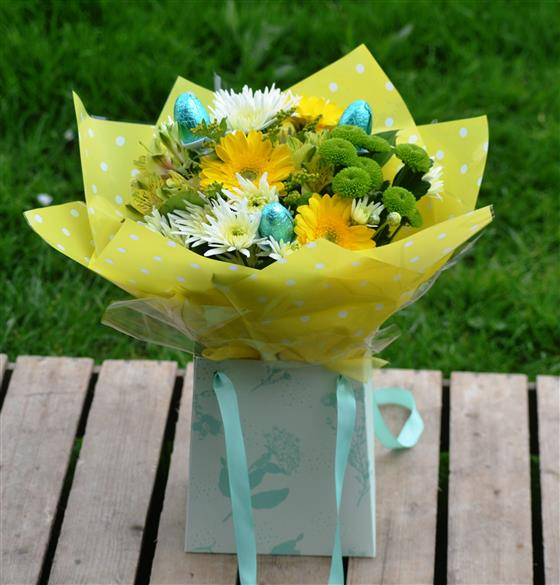 Easter gift bag with choc eggs negle Images